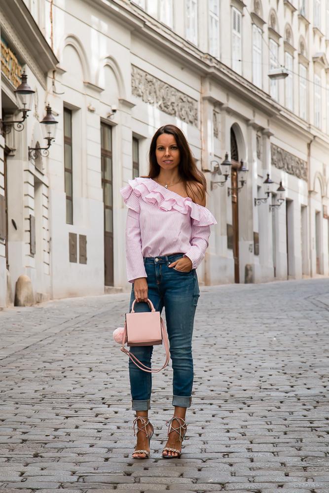 509a1f72e307 Blúzka s volánikmi a modré džínsy - Tina Chic